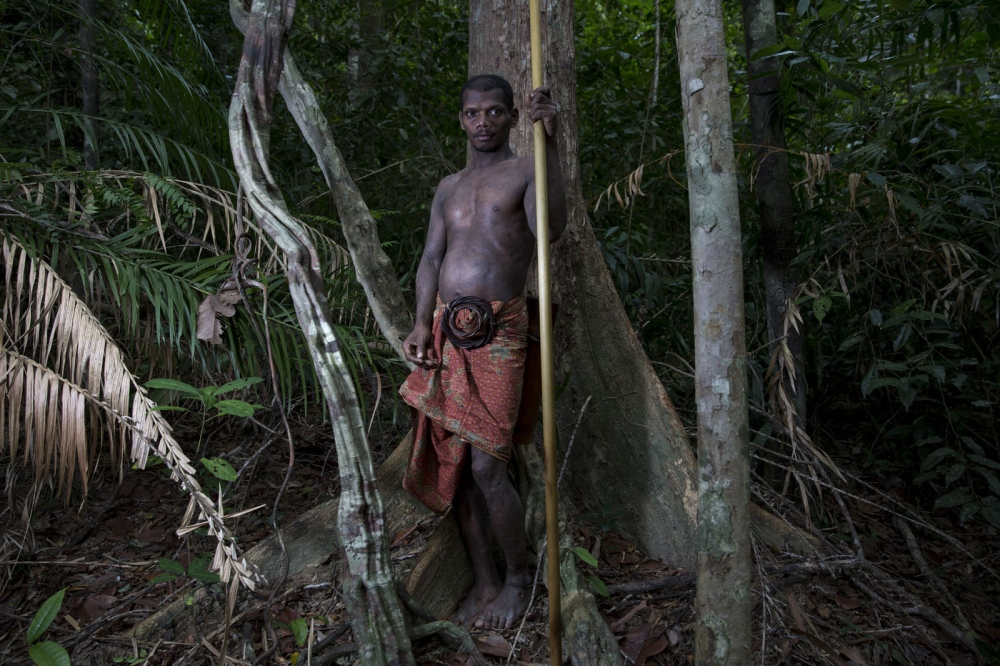 A Maniq man called Yaaw stands for a portrait holding the traditional blow pipe which they still use to kill animals of the forest. Pattalung - September 2016