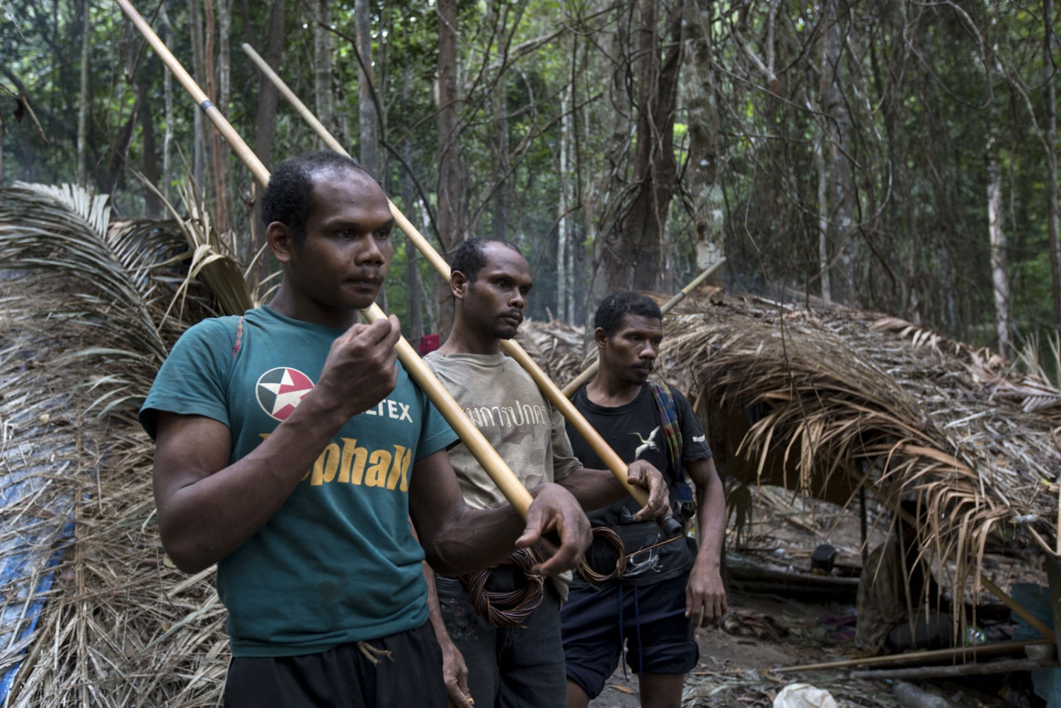 Maniq men prepare to go out on a hunt. After having left the village they will separate and go off in different directions. Satun - September 2016