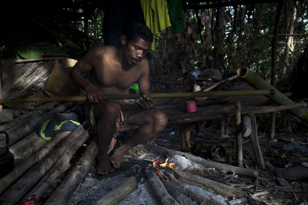 A Maniq man called Boy prepares his blowpipe prior to a hunt. Satun - September 2016