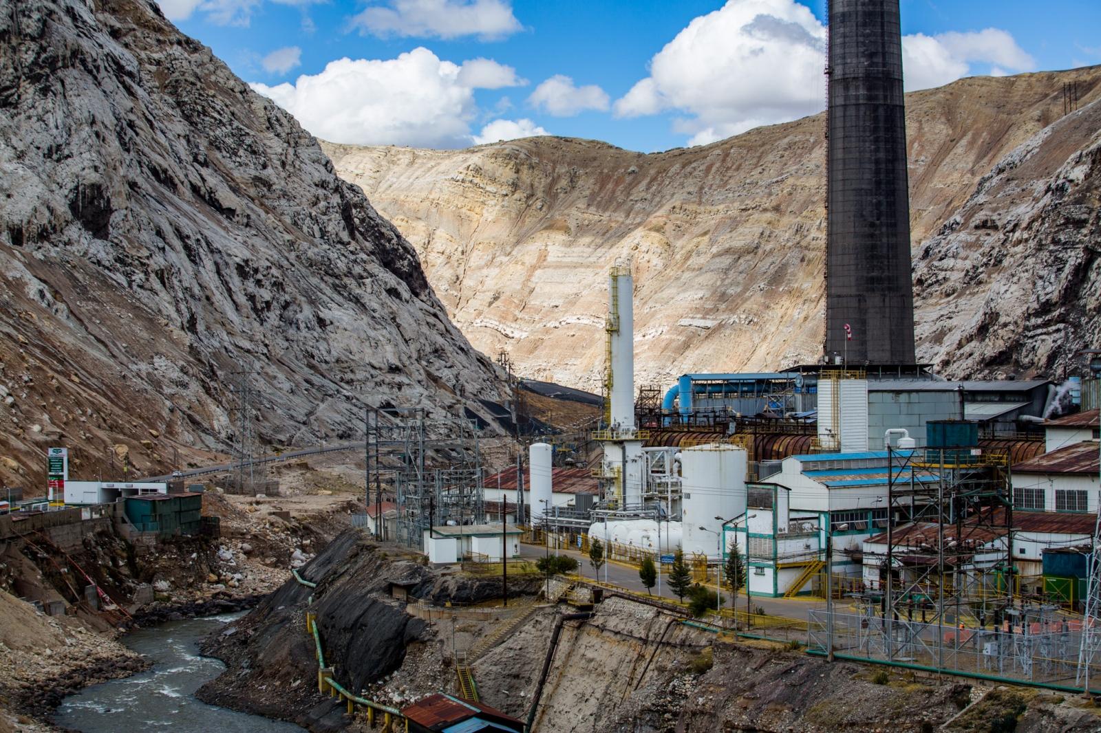 Art and Documentary Photography - Loading MiningPeru002.jpg
