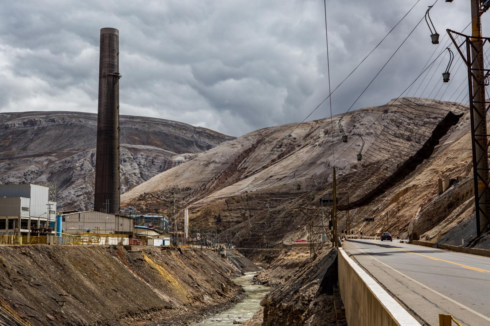 Art and Documentary Photography - Loading MiningPeru006.jpg