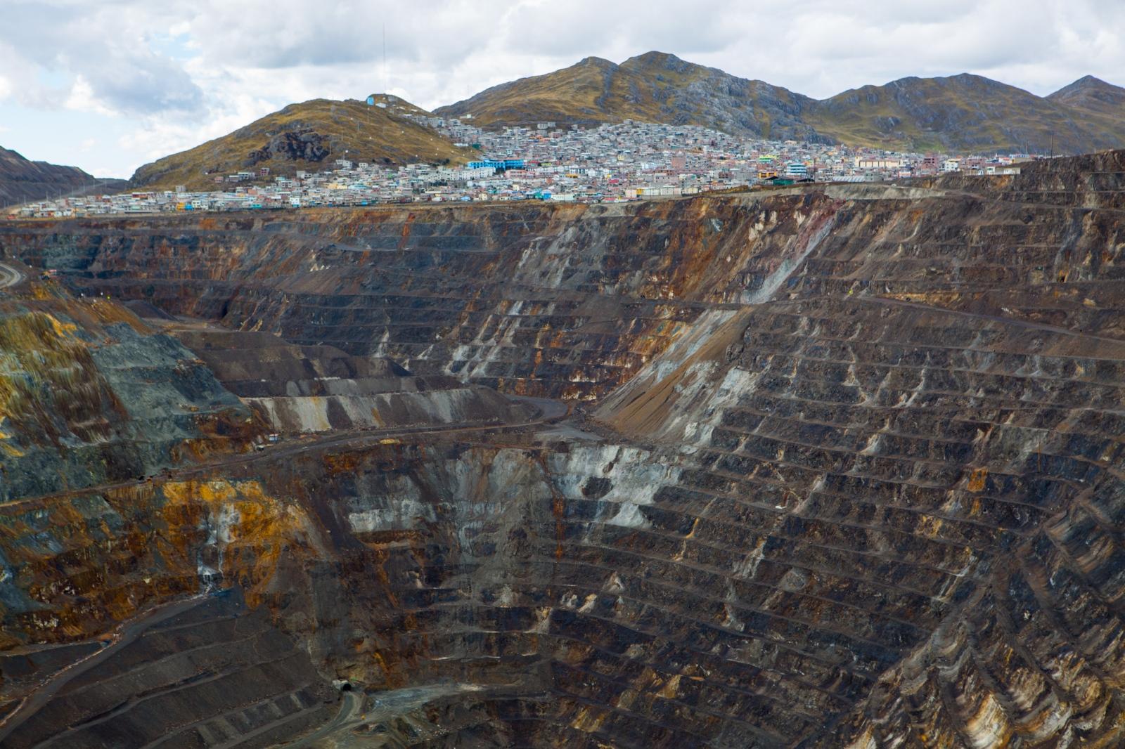 Art and Documentary Photography - Loading MiningPeru014.jpg