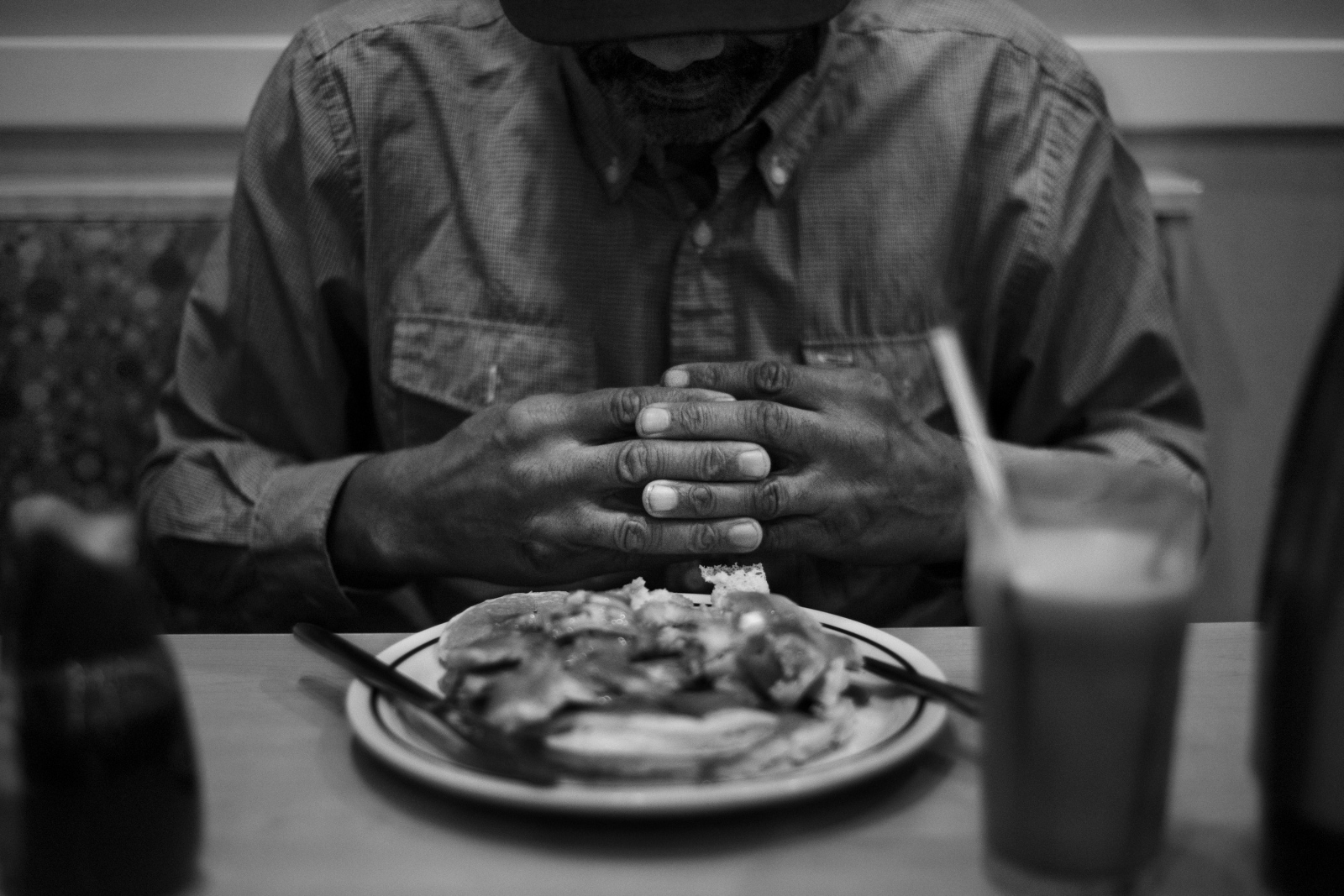 After various days without eating, Alvin prays in front of his breakfast on a restaurant near his home in downtown Brooklyn, because of his imprisonment he lost his VA benefits. September 7th 2016.