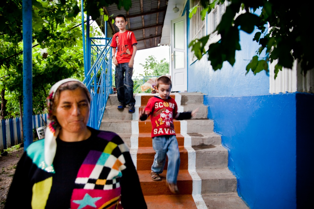 parents working abroad and they effects on Practice division of policy and working paper the impact of parental deprivation on the development of children left behind by moldovan migrants.