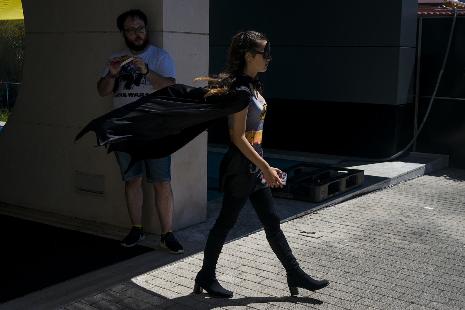 Batgirl walks under the look of a strange. Gijón. 2016