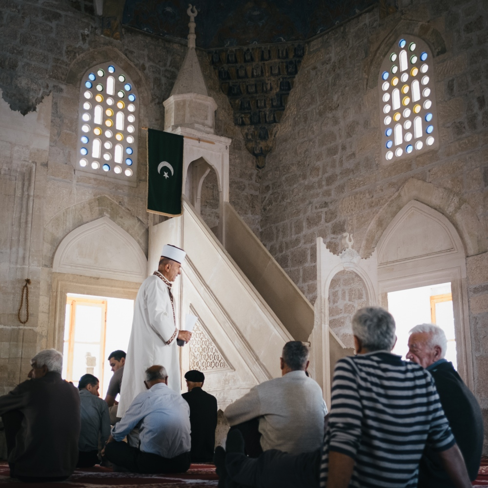 On Fridays, the day of prayer, the village seems to be in festivity and the mosque fills with worshippers. The Imam is a point of reference for the community and its sermons always encourage peaceful coexistence with neighbors from different ethnicities.