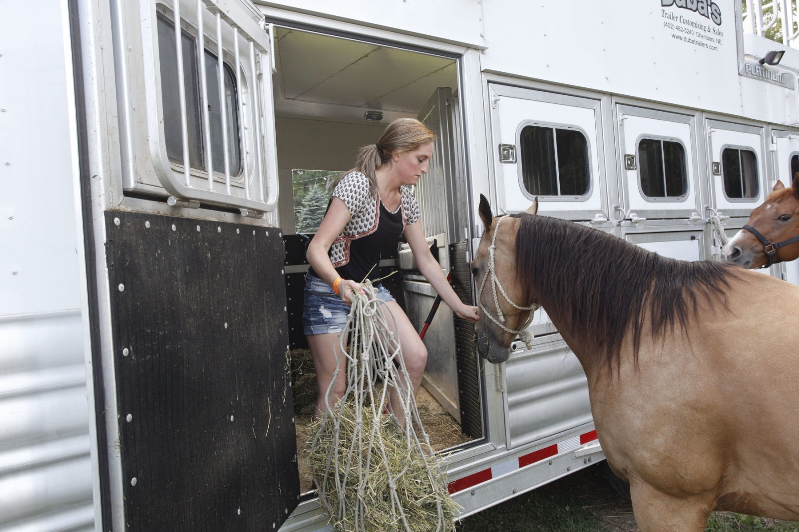 Taylor Young feeding Tsunami before the Malibu Rodeo in Milford, Pennsylvania.(Kevin C. Downs/Agence Cosmos)