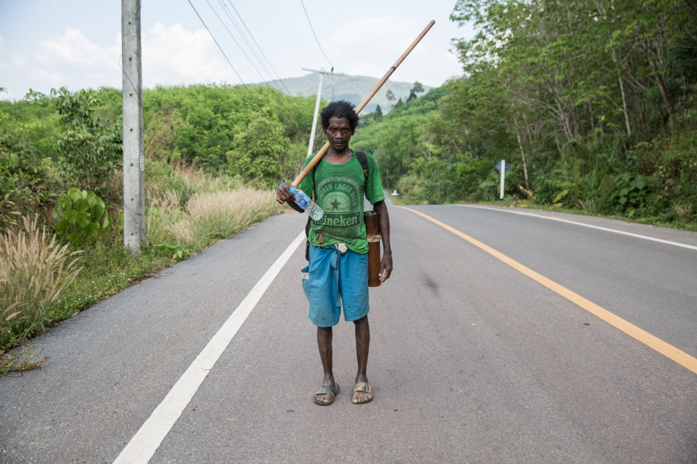 Yaaw walks back home to his clan's semi-permeant settlement after a day of rubber tapping. Too old to hunt and with not enough food he is forced to take up daily labour jobs for cash. But he stills takes his blowpipe and poison darts with him. Satun - March 2017