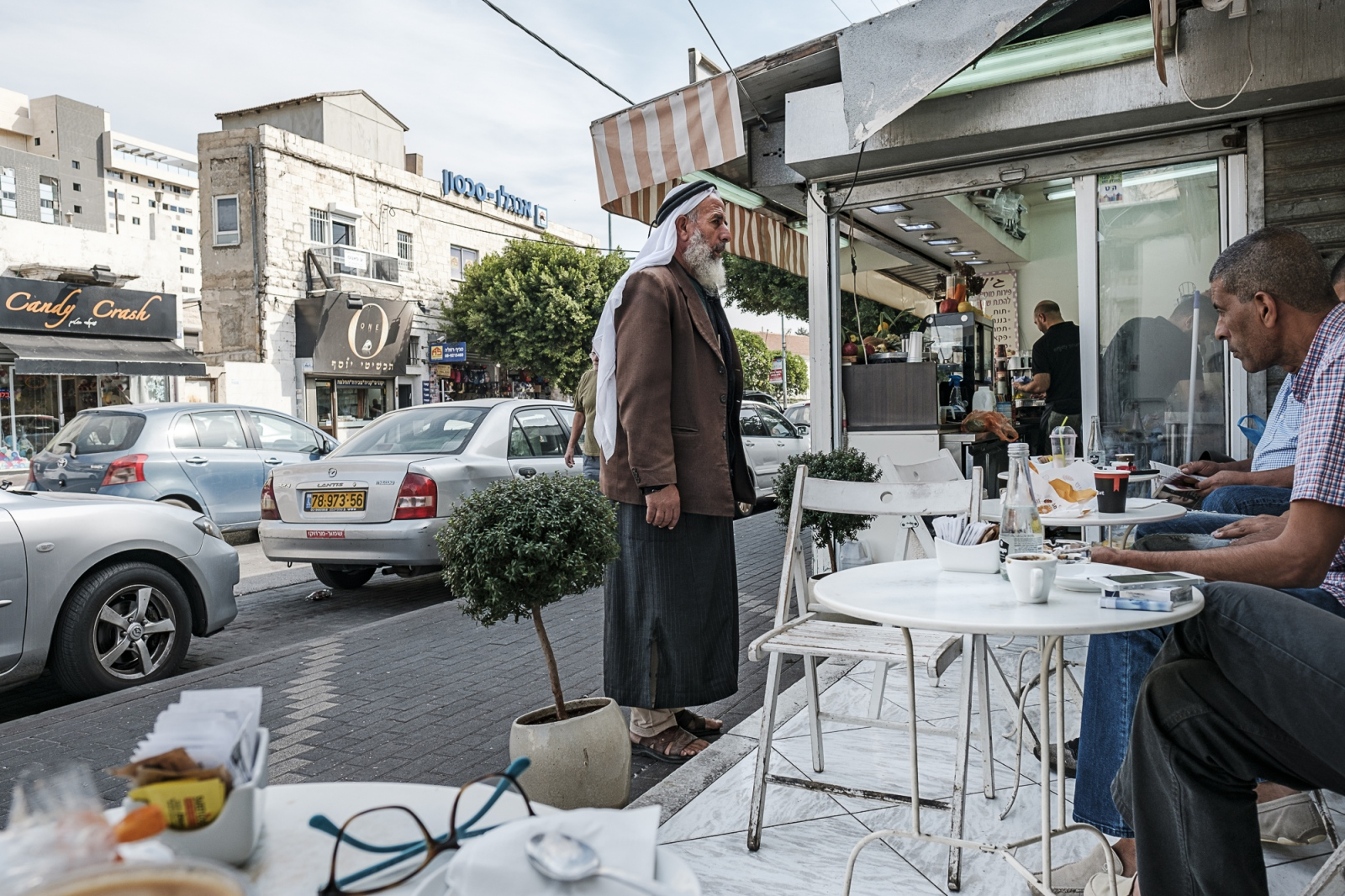 Ramla  רַמְלָה   الرملة  Streetside cafe