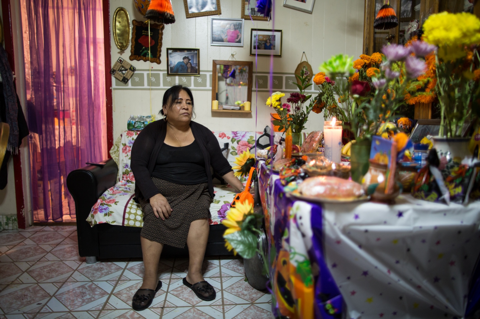 It is already a tradition for Juanita to celebrate the day of the dead in honor of her daughter Maria, who died 7 years ago due to a brain problem. Juanita makes an offering and an altar for her daughter, where she puts the food, sweets, fruits that her daughter liked. Her daughter´s portrait and flowers of cempoalxóchitl adorned her makeshift altar so that with their scent, her daughter may return to this world to eat what Juanita prepares her as an offering. Sunset Park, 2016.