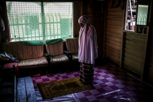 A Shi'a Muslim woman reading prayer. © Fatemeh Behboudi