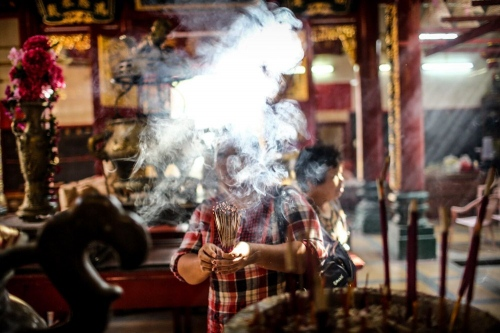 Chinese New Year's Day, people are praying in the temple _ in Yangon © Fatemeh Behboudi