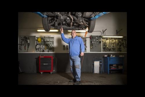 Il meccanico deve lavorare sotto le auto. Un problema cervicale può dimostrarsi estremamente invalidante.