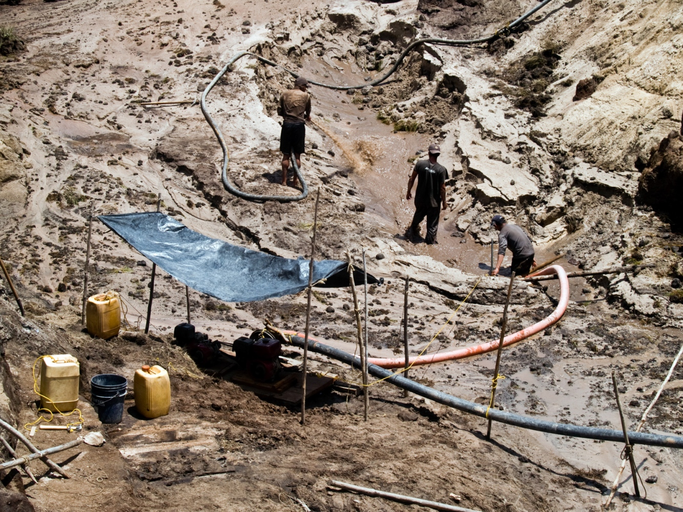 The miners, with the help of small engines that are modified to pump water to the ground with high power, open holes of two kilometers in diameter and 5 meters in depth in less than two weeks.