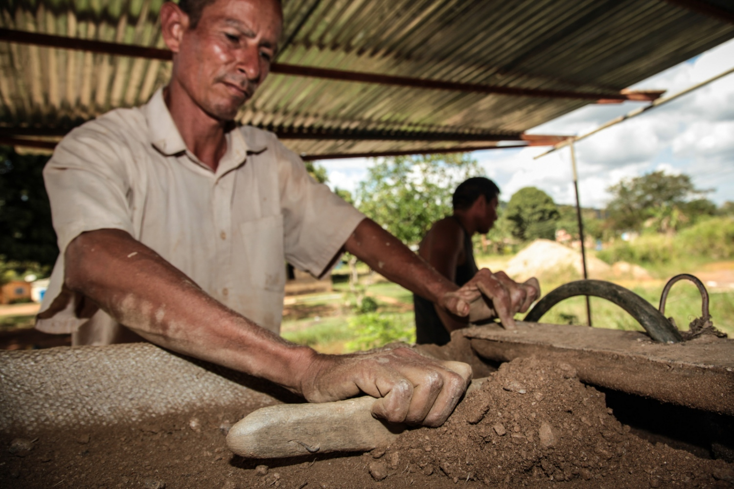 Martin comes from Colombia to work in the gold mines of Callao .