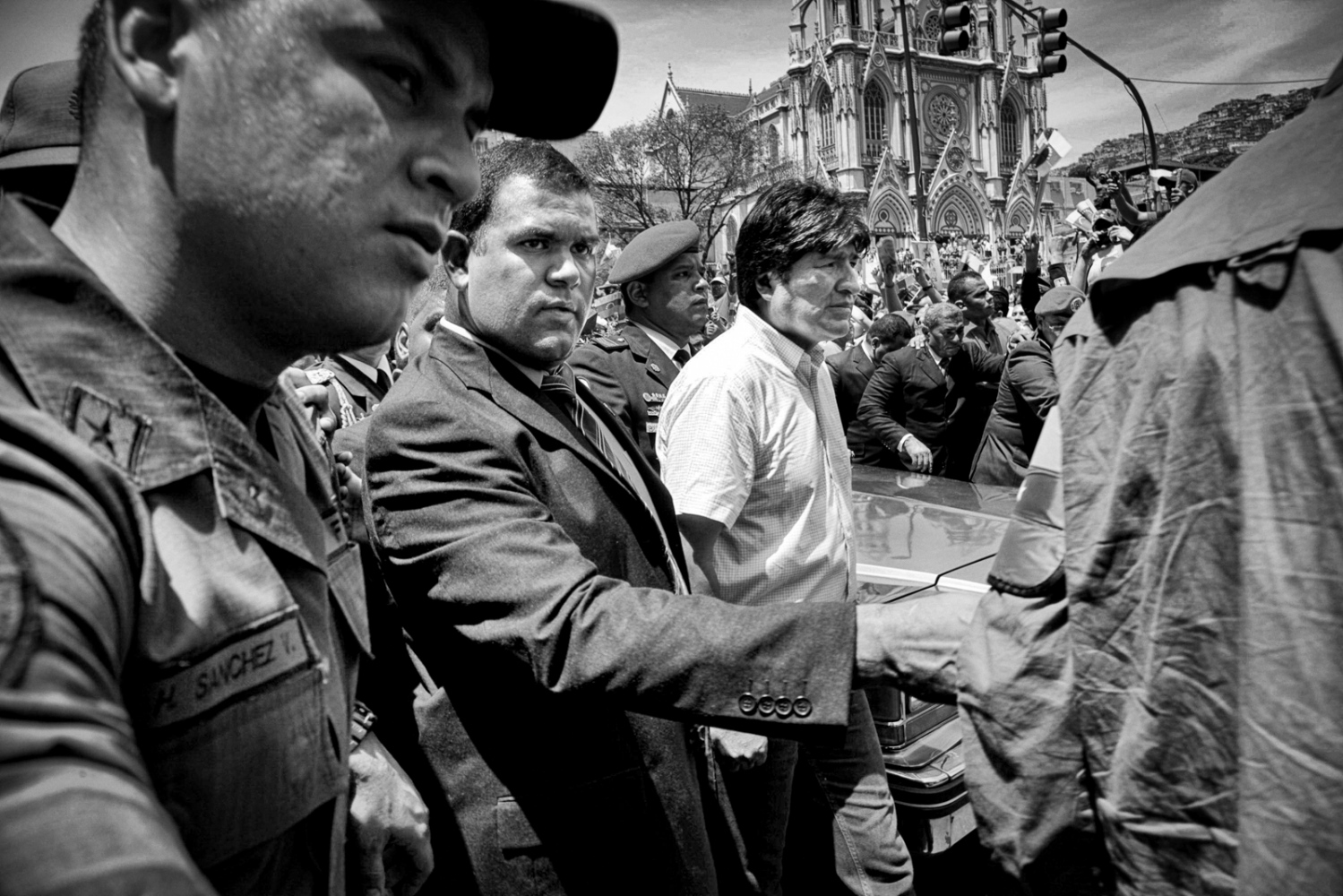 Millions of Venezuelans parade the president´s coffin through the streets of Caracas until Los Proceres , where he would be exposed for almost two weeks. Amongst them, there are senior military officers and foreign Heads of State as Evo Morales.