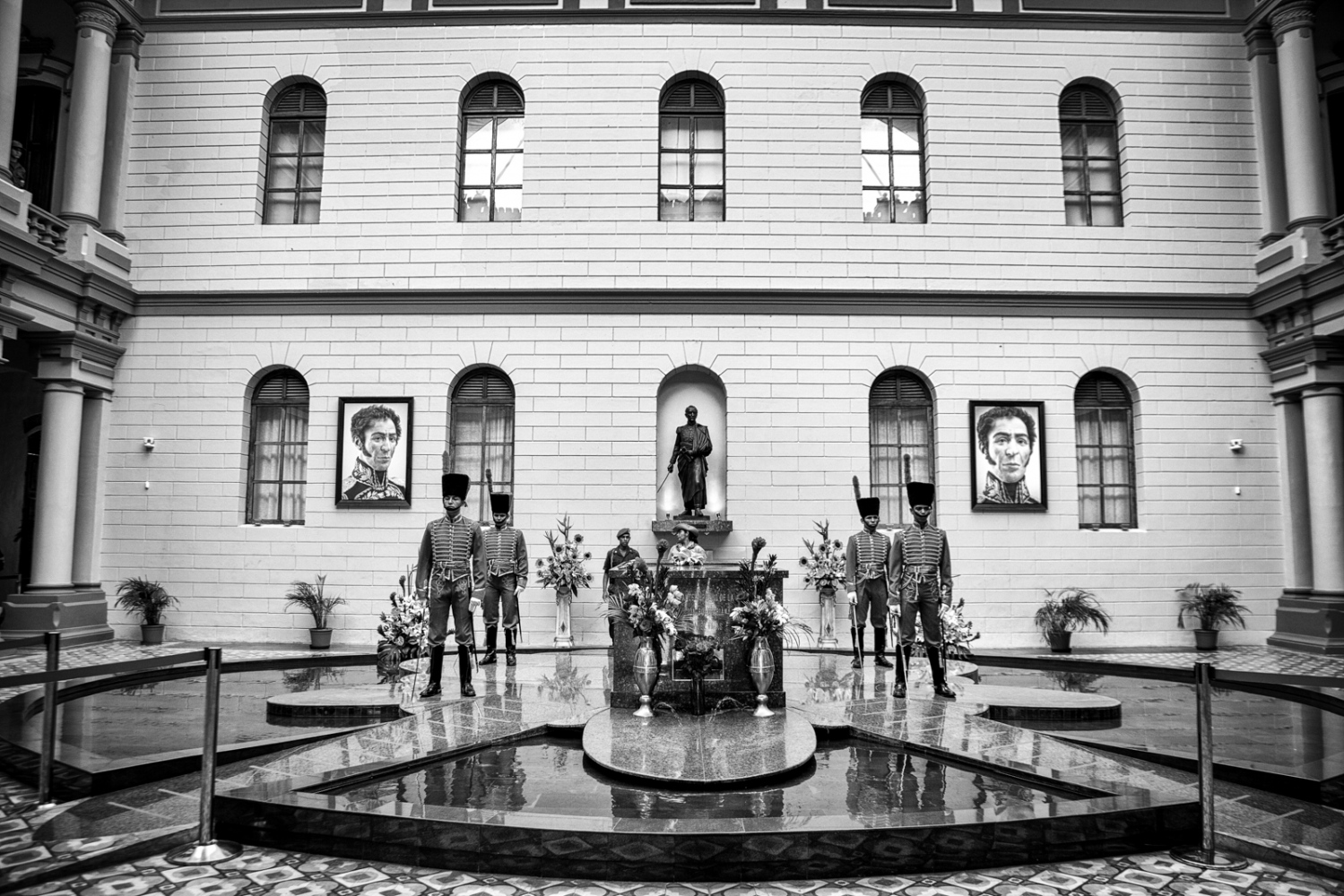 The Guards of Honour keep vigil of the President's corpse at Cuartel de la Montaña .