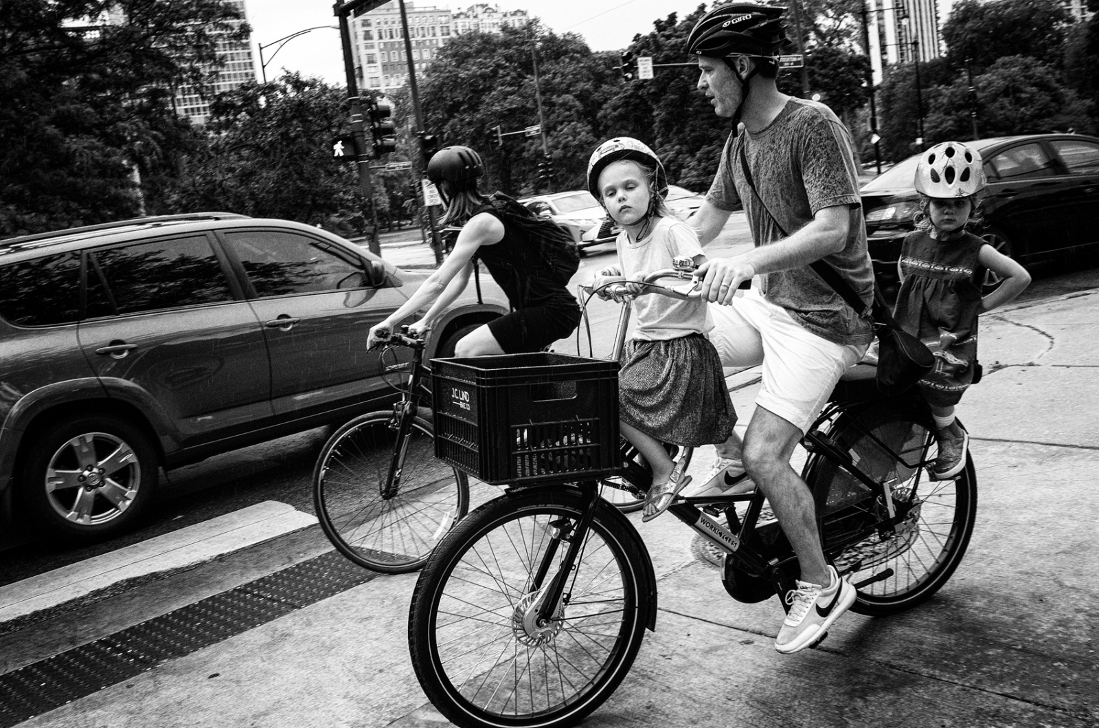 Family cycling, Fullerton and Commonwealth, Chicago 2017