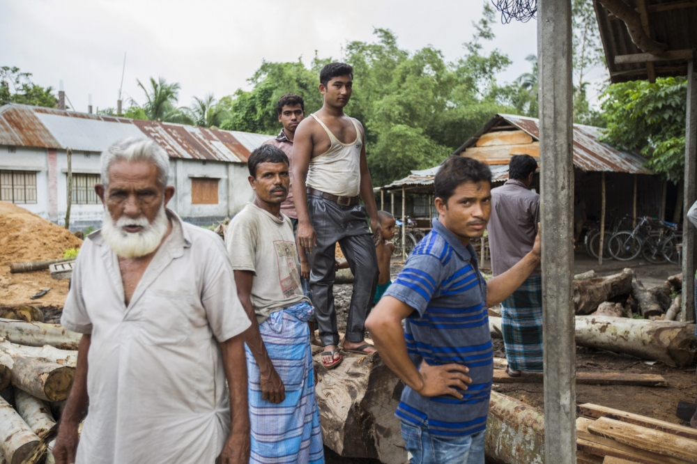 It has been impossible for residents of the enclaves to work in any formal office in the towns either because of their lack of legal status or their lack of basic education. As a result most work in the informal economy such this local saw mill.  Debiganj - Bangladesh