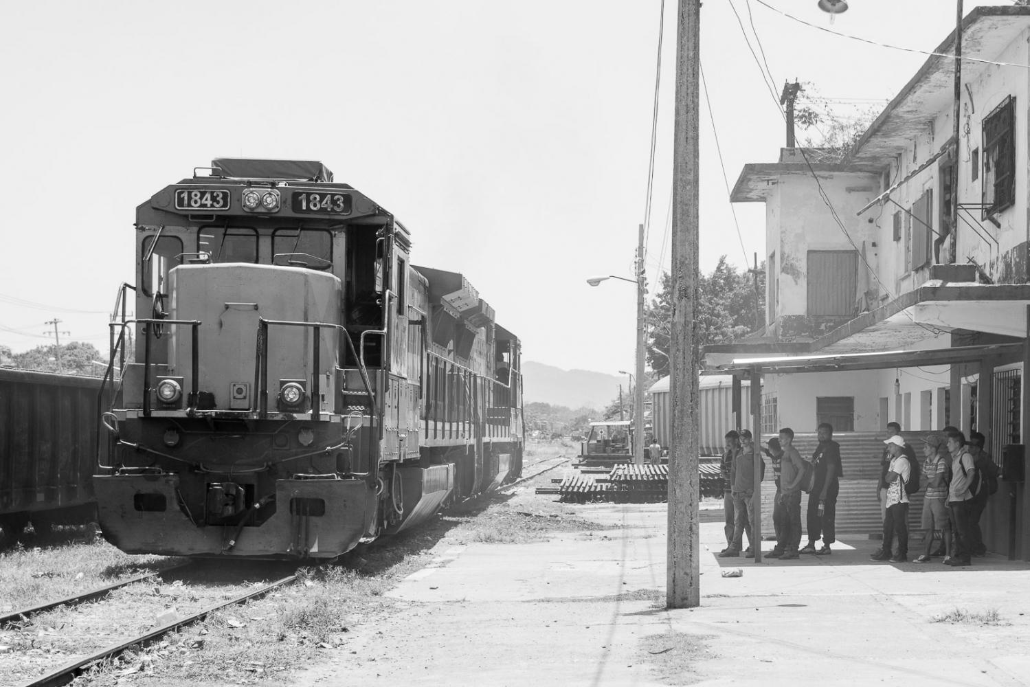 Tenosique, Tabasco, México, mayo 19, 2017: El tren (La bestia), ha dejado de ser la opción más usual de viaje para los migrantes, que ahora se despliegan por territorios solitarios y desconocidos.