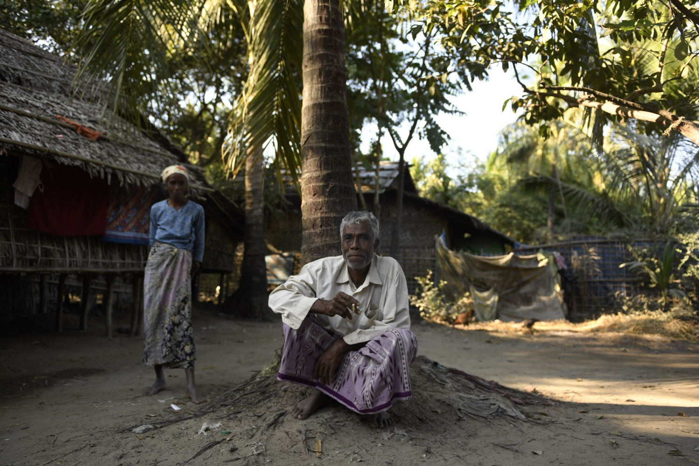 Art and Documentary Photography - Loading Rohingya_04.jpg