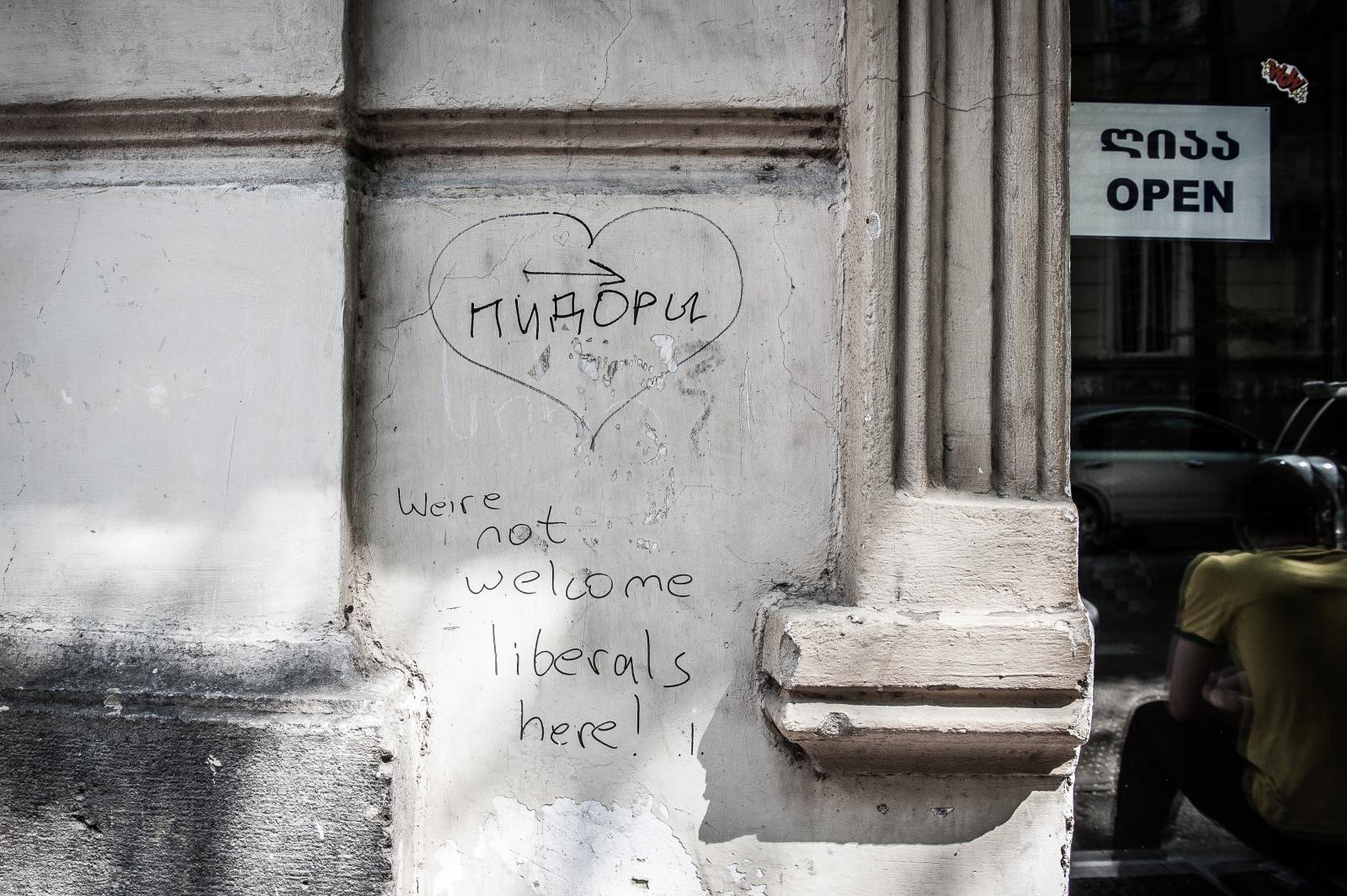 "At the entrance of Kiwi-Café, ""Feggels"" is written in Russian."