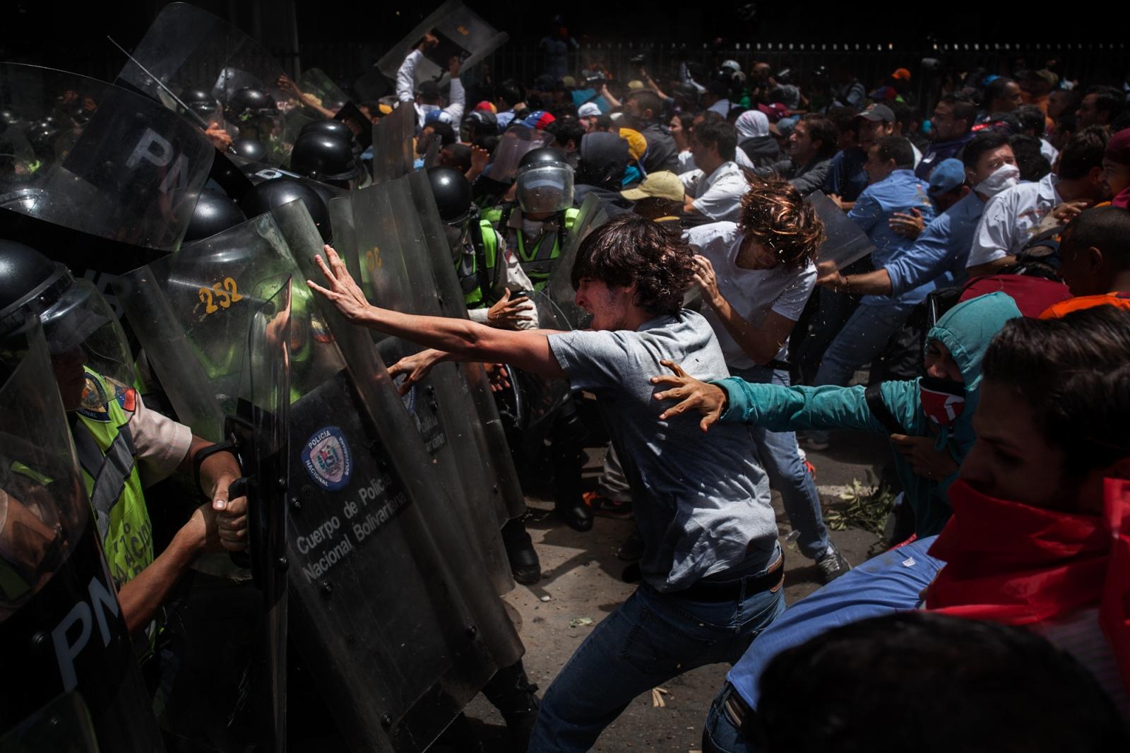 Art and Documentary Photography - Loading 084_VenezuelanUnrest_20170404_789-Edit_Protestas.jpg