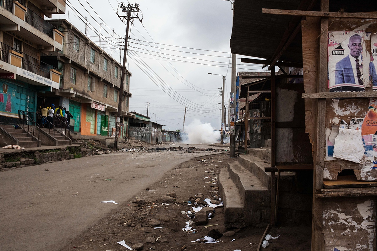 Due to what happened in the past elections in Kenya, especially in 2007, when there were episodes of extreme violence, with ethnic murders, the police presence in the presidential elections of August 8, 2017, was notable, in order to prevent that these facts be repeated. In the image, empty streets in the slum of Mathare, Nairobi, as police start firing live ammunition and launching tear gas to disperse the protests.