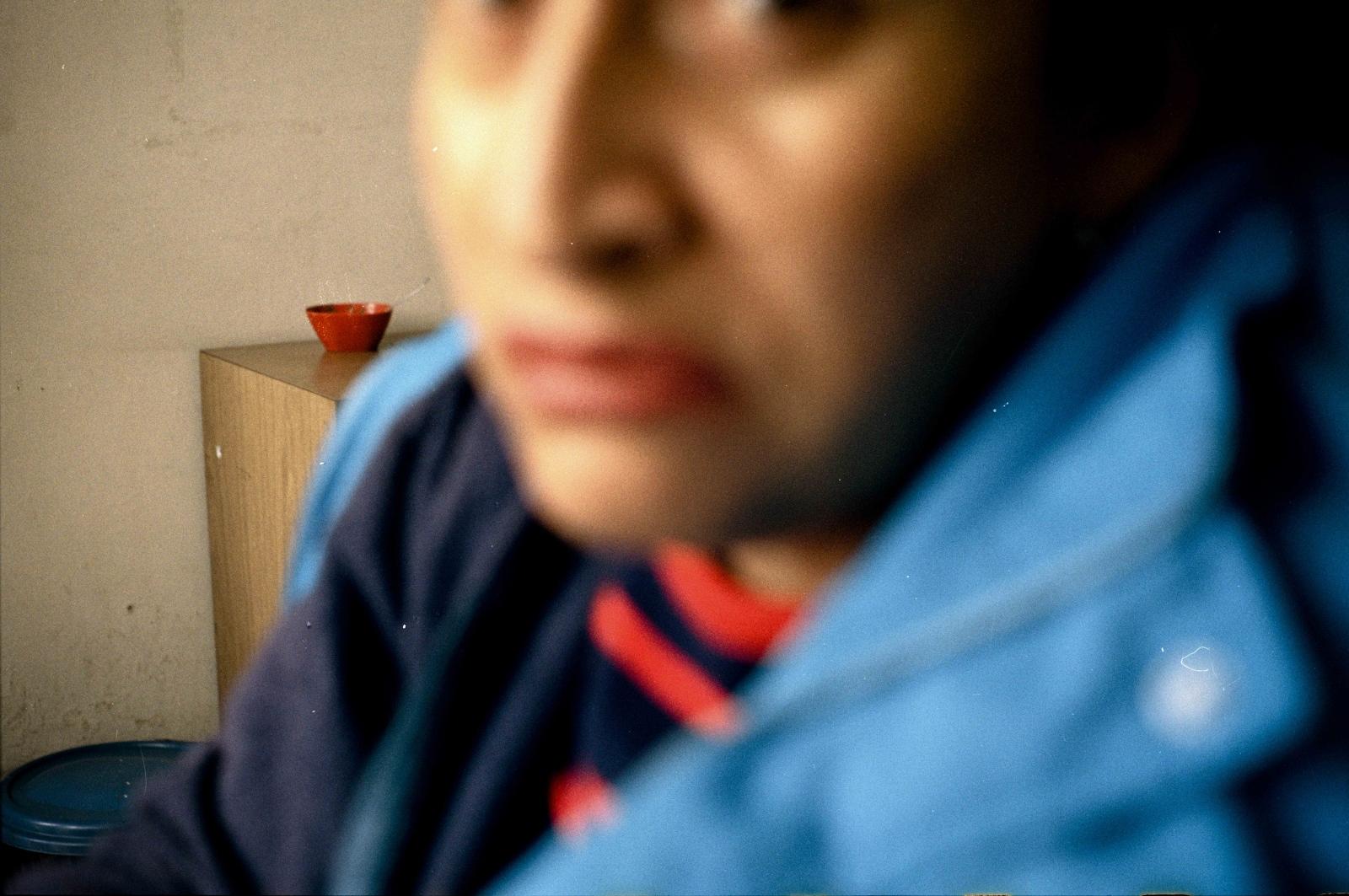 Una lideresa social posa para un retrato en el Sur de Bogotá. Luego de que unos de sus hijos fuera asesinado en lo que parece fue una disputa entre bandas decidió trabajar para mejorar las condiciones de vida de los jóvenes de su localidad. Desde entonces ha sido amenazada en varias ocasiones de manera anónima vía telefónica y mensaje de texto.