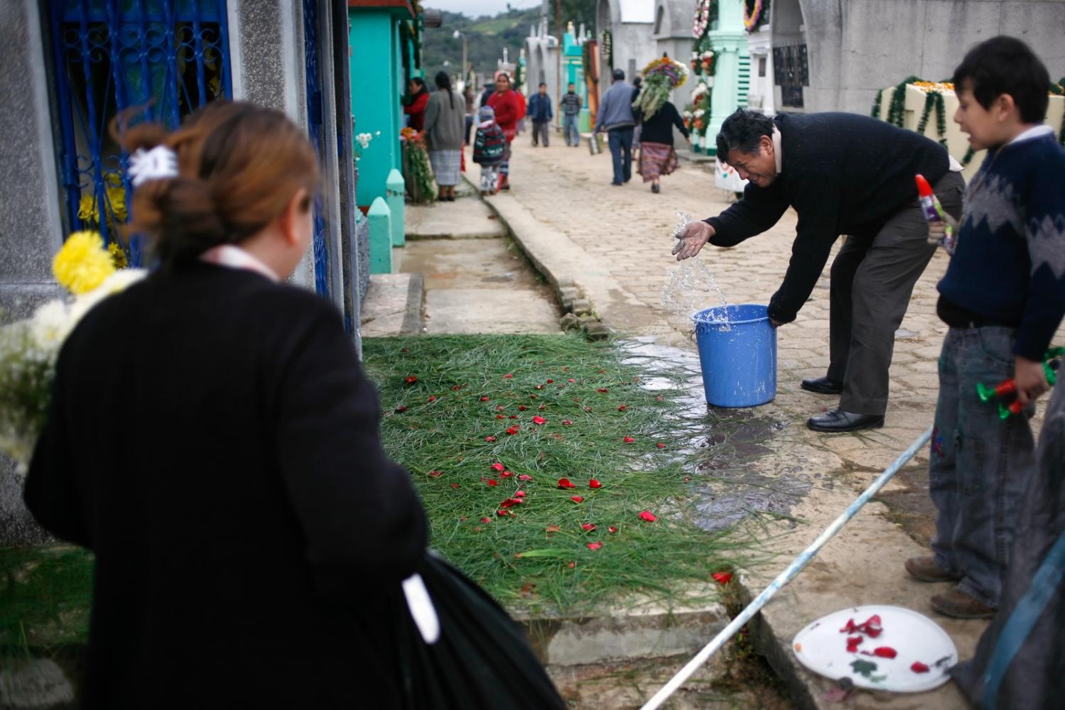 Art and Documentary Photography - Loading Muertos_Guatemala11.JPG