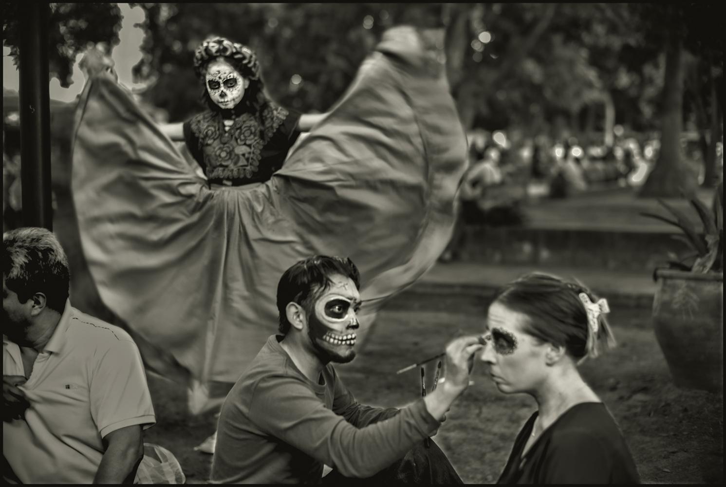 Art and Documentary Photography - Loading Oaxaca_Zocalo_Dance.Painter.PLT.VN1.jpg