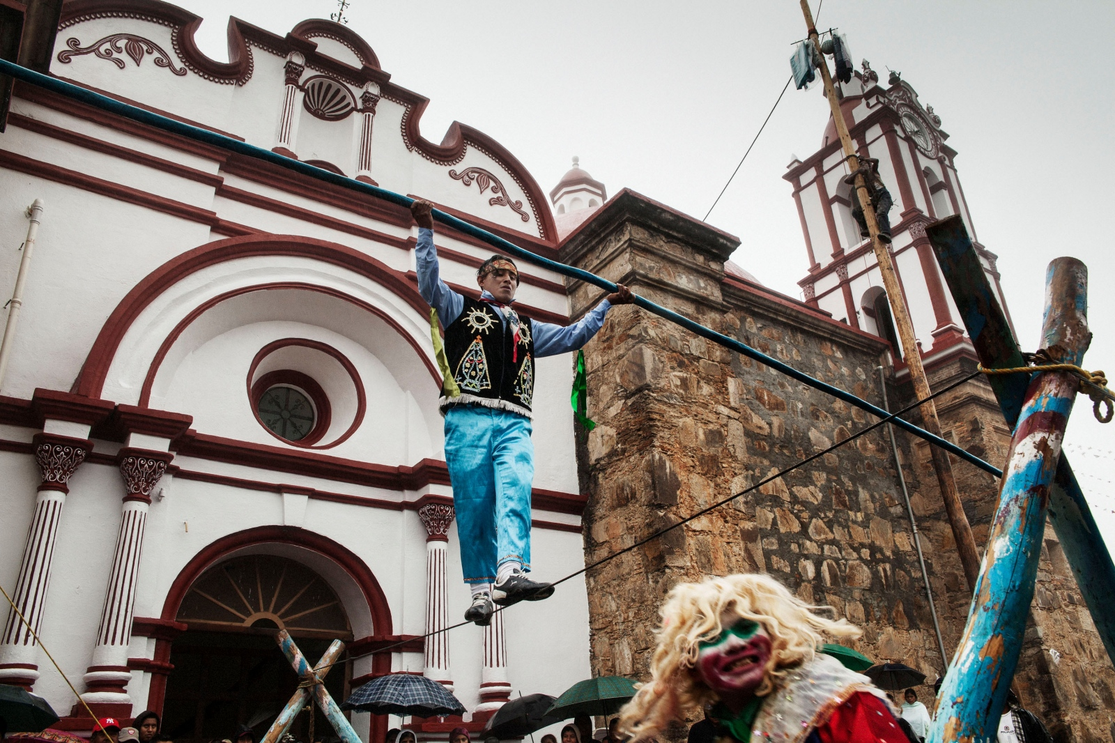 TALEA DE CASTRO, ENERO 15 DE 2012. Maromeros de Otatitlán de Morelos participan en la fiesta del Dulce Nombre de Jesús en Talea de Castro.