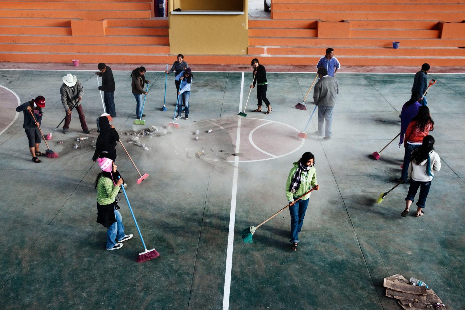 SANTA MARIA TLAHUITOLTEPEC, MAYO 19 DE 2012.- Pobladores de Tlahuitoltepec barren la cancha principal de la comunidad la preparan para la inauguración del torneo de básquetbol. En sesión de cabildo crean comisiones para organizar dicha justa deportiva, los comisionados son coordinadas por la regiduría de deporte.