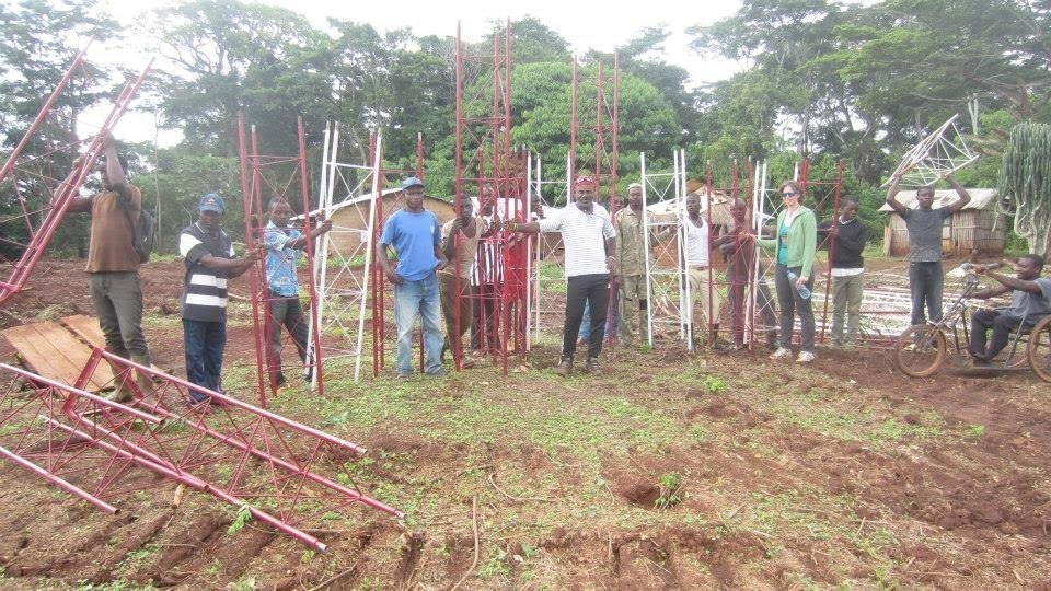 For its construction, the antenna arrived on the site in small parts of 6 meters before being assembled on site by local technicians and the community. Eva Beal, one of our loyal supporters visited the project in 2013.