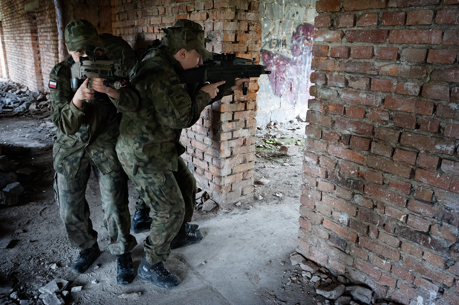 Students (16-19 years old) from the public school in B. learn combat tactics in urban areas under the supervision of a paramilitary organization. The paramilitaries freely decide the type of activities they carry out with the students: from first aid, topography, physical education and military training to survival camps and combat tactics.