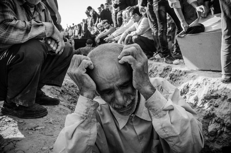 37 people were killed and 850 others were wounded in the 6.1- Richter earthquake in Shonbeh town in Bushehr province . A father is crying after burying two of his daughters and young son.