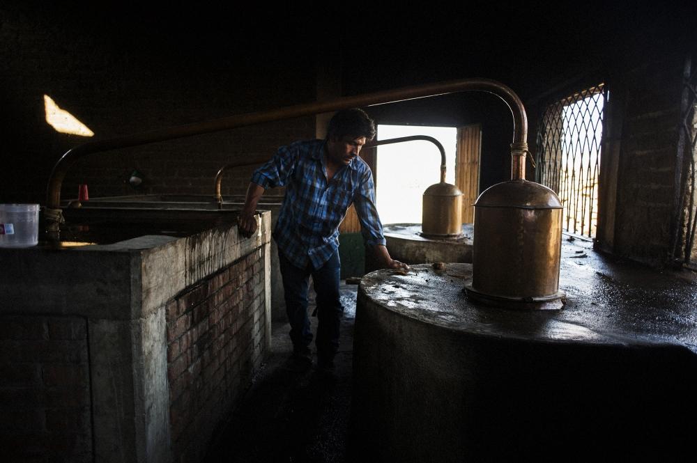 Preparing the copper stills at Fidenciomezcal.