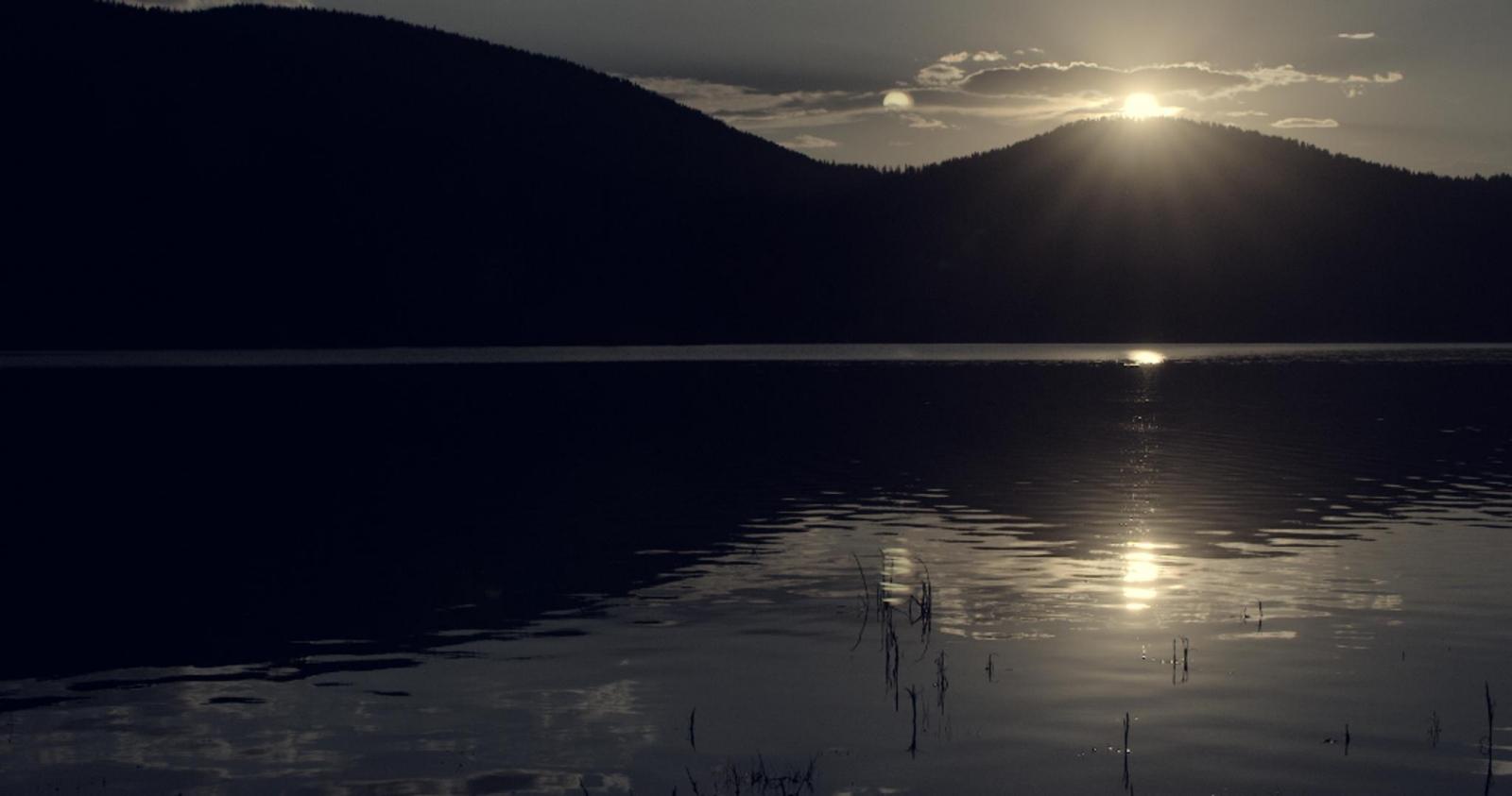 Sunset A sunburst just before sunset on a lake naer Bozeman, Montana.