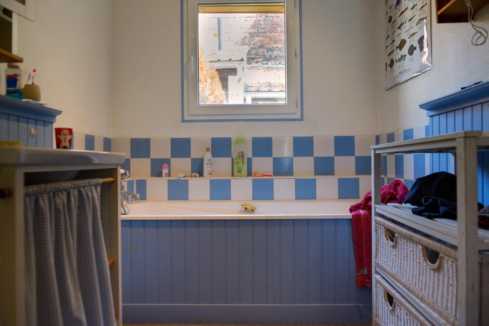 (EN) August 25, 2017 - Calais, France. The owner of this bathroom has been hosting migrants for 5 years and provides an average of 42 showers a week. (ES)25 de agosto de 2017 - Calais, Francia. El propietario de este baño ha sido anfitrión de migrantes durante 5 años y proporciona un promedio de 42 duchas por semana. (FR) 25 août 2017 - Calais, France. Le propriétaire de cette salle de bain accueille des exilé(e)s depuis 5 ans et fournit gratuitement en moyenne 42 par semaine.