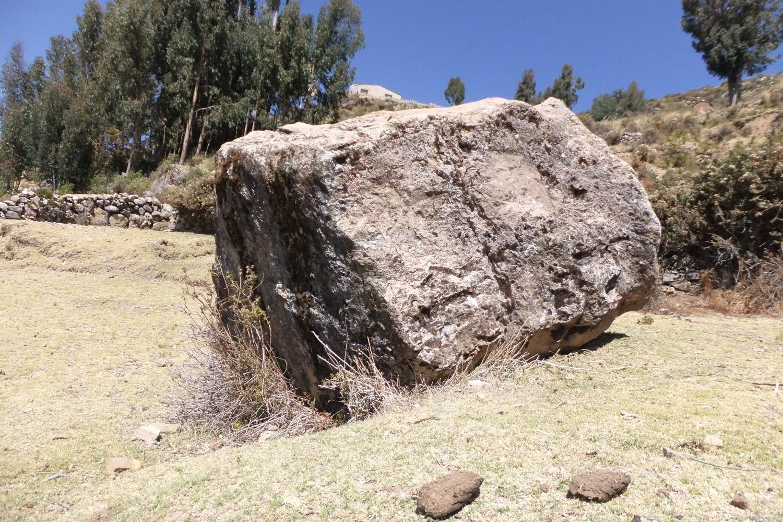 Esa piedra tiene algo maligno, si vas de noche algo se te aparece allí, hay que tener mucho cuidado, es medio peligroso. Dicen que tiene dos caballos blancos, aparecen como fantasmas.