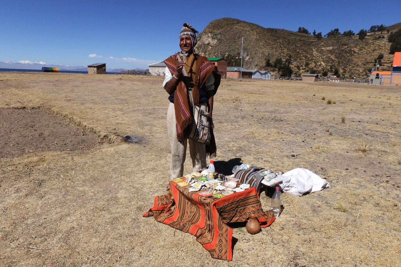 Joaquín, uno de los chamanes de la isla haciendo una ofrenda a la Pachamama.
