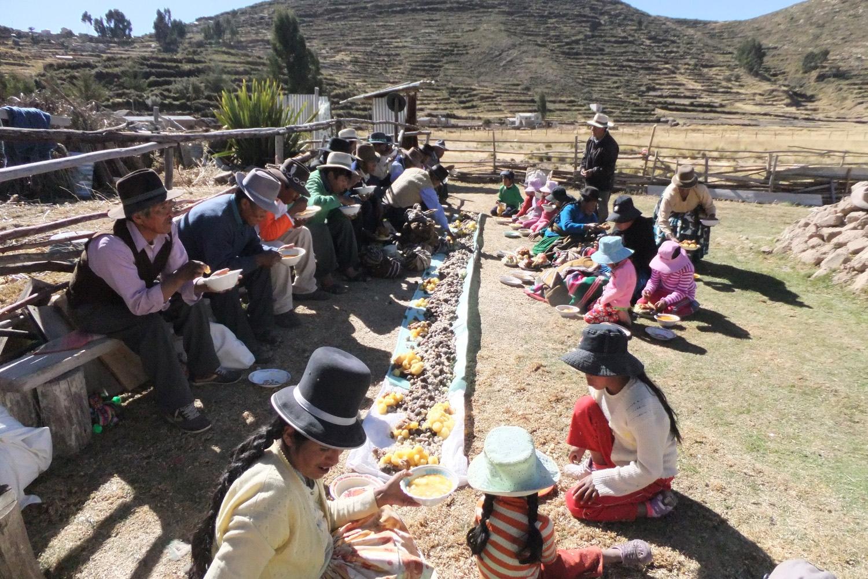 Las nuevas autoridades están haciendo el empiezo del mes de agosto para la granizada, hoy suben a las montañas con los chicotes (látigos).