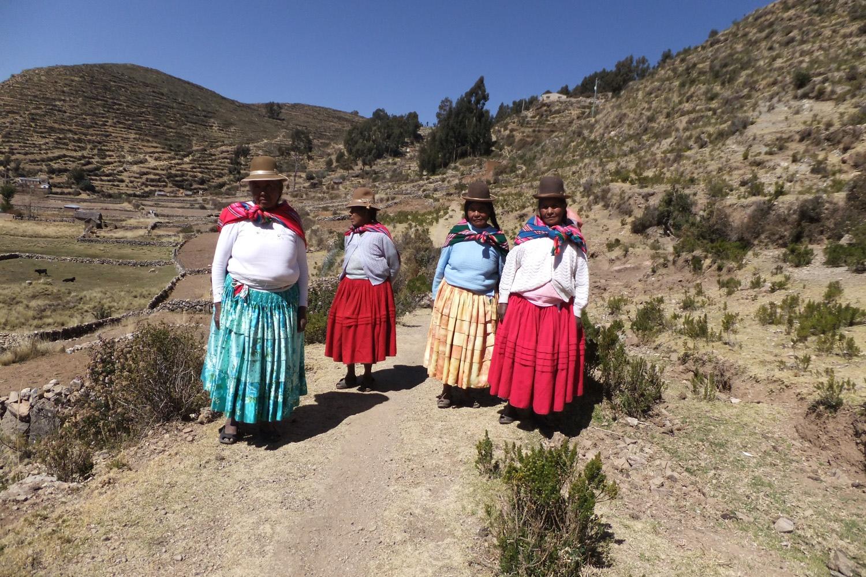 Hoy día viniendo de la iglesia con mis hermanas: Tomasa, Filomena, Bárbara y Victoria.