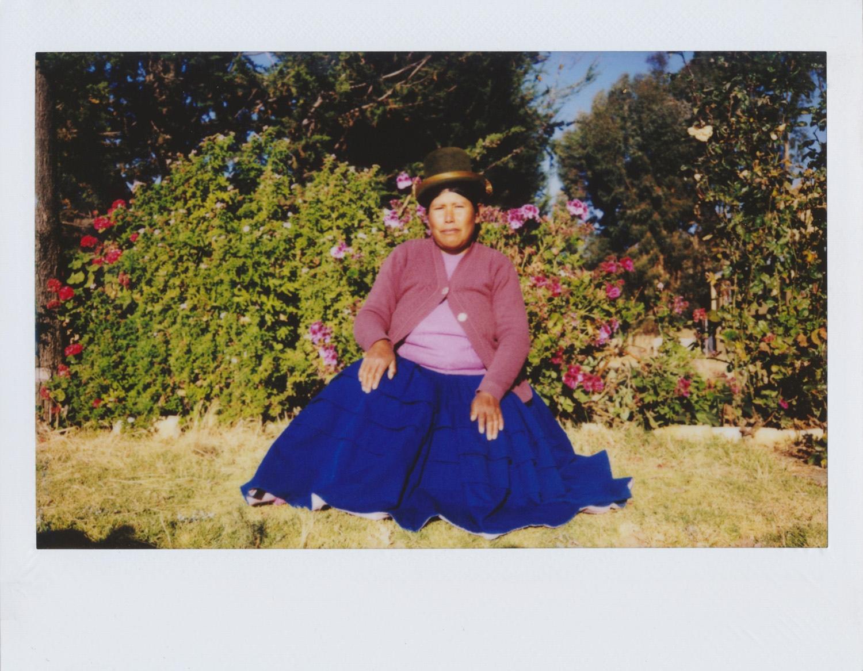 Benita Ticona / UTJAWIJA Me llamo Benita y tengo 45 años. He nacido en La isla del Sol. Me dedico al cultivo de las chakras y la siembra, a cuidar de mis animales. La Isla del Sol es un paraíso y lo que más me gusta de vivir aquí es el aire libre, la tranquilidad. En mi trabajo saqué mi casa, mi chakra, mis animales, donde yo vivo. Mi foto favorita es la de mi burrito que está llevando la carga de papa con mi mamá, es lo más importante porque aquí no hay autos, nosotros vamos en burro. Es la primera vez que hago fotos y me ha gustado mucho, me encanta hacer fotos. De mis familiares, animales (mi vaca, mi chancho, mi burro...) todo lo que hay en la isla. He aprendido a sacar fotos y voy a seguir haciéndolas. Me hace feliz toda la isla donde yo vivo.