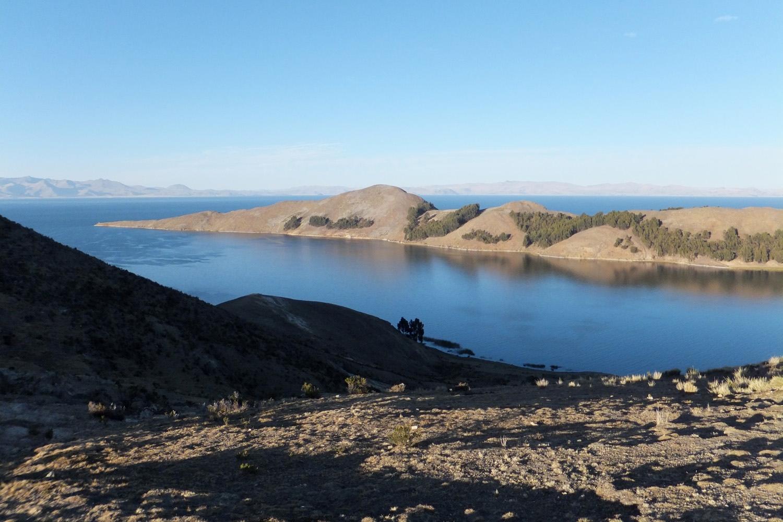 Esta montaña es la sirena gigante dormida: allí está una dama echada así, con la cara mitad en el agua, los pies la cintura, los senos. La cadera es el cerro Wachabi donde empollaban en sus nidos los cóndores.