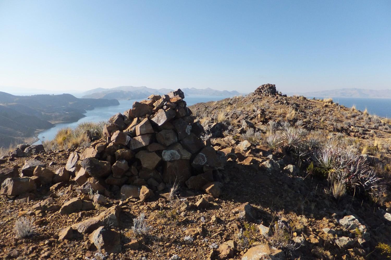 Ahí está el Puskallani el cerro más alto de la isla. Ahí es un lugar sagrado donde amarraban al viento.