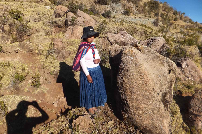 Esta es mi esposa, estaba subiendo cansada a la cima del cerro camino de Yumani. Me gusta porque la piedra parece como una llama.