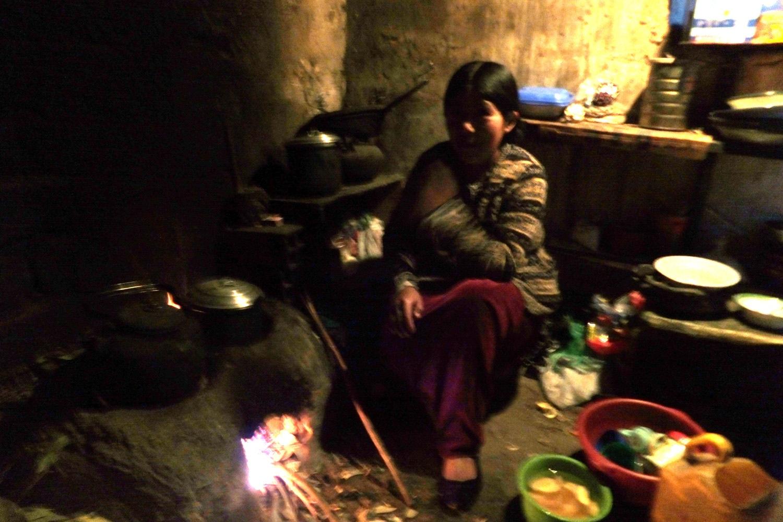 Esta es mi mujer cocinando en la noche.