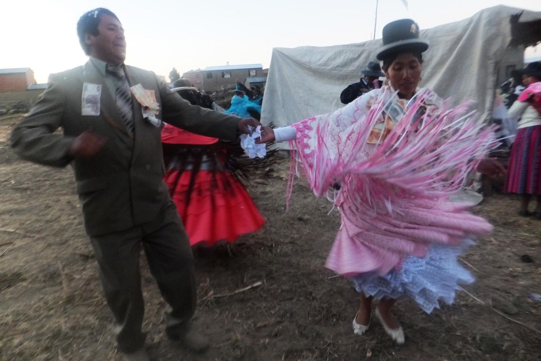 Ellos son los novios. El novio y la madre. Son de la banda los músicos el tío Evaristo en Challapampa.