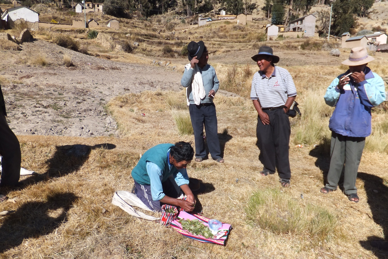 Siempre sacamos permiso a la Pachamama, para empezar cualquier trabajo. Cada uno se saca dos o tres hojitas para pedir permiso para empezar todo.